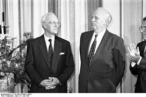 Bundesarchiv B 145 Bild-F088851-0004, Bonn, BMF, Empfang Ernennung Bundesbankpräsident (Photo credit: Wikipedia)