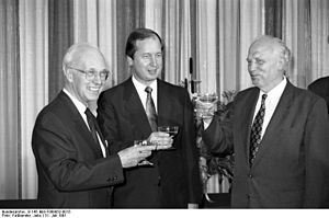 Bundesarchiv B 145 Bild-F088852-0015, Bonn, BMF, Empfang Ernennung Bundesbankpräsident (Photo credit: Wikipedia)