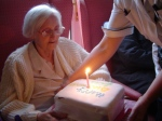 """Bild-Quellen: """"Nurse in geriatry"""" von I Craig from Glasgow, Scotland - Birthday Cake. Lizenziert unter CC BY 2.0 über Wikimedia Commons"""