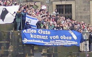 Linksfaschisten in Dresden (Brühlsche Terrasse) am 13. Februar 2005. Volksverhetzung gegen Deutsche wird bislang nicht strafrechtlich verfolgt.